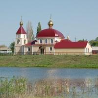 Церковь и пруд в Ломово